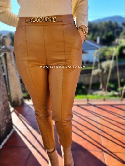 Pantalón Polipiel Cadena Dorada Camel